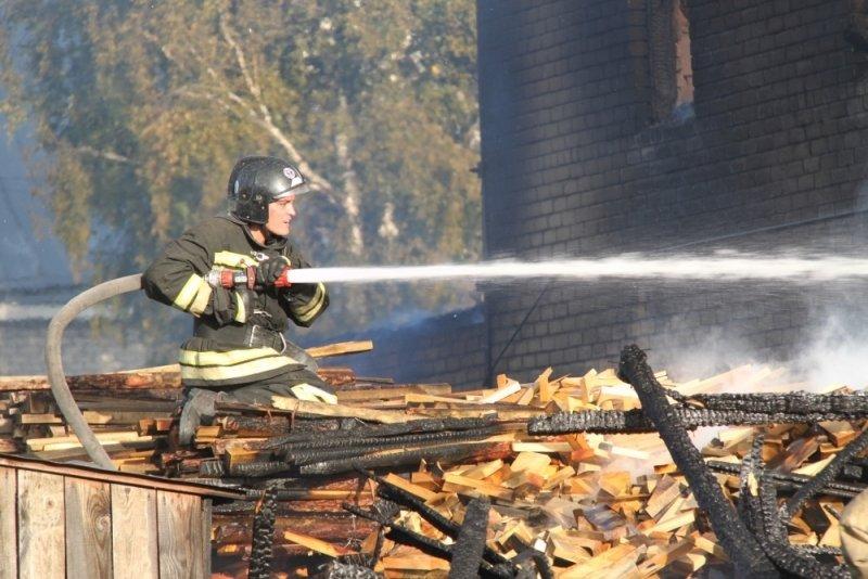 Во Владивостоке загорелся торговый павильон с фастфудом
