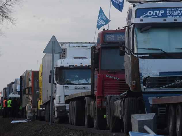В Челябинской области столкнулись семь фур