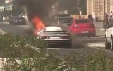 Не выдержал жары: в центре Москвы сгорел суперкар Audi R8