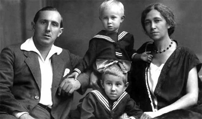 1040 Леопольд Ростропович и Софья Федотова с сыном Мстиславом и дочерью Вероникой.jpg