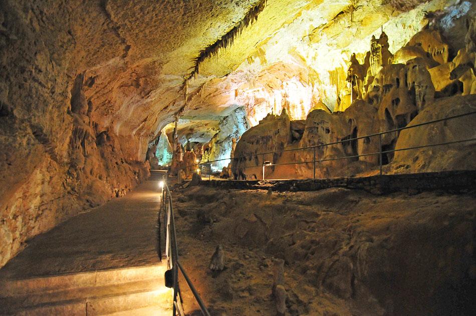 Здесь заповедовано более 160 карстовых пещер, шахт, колодцев.