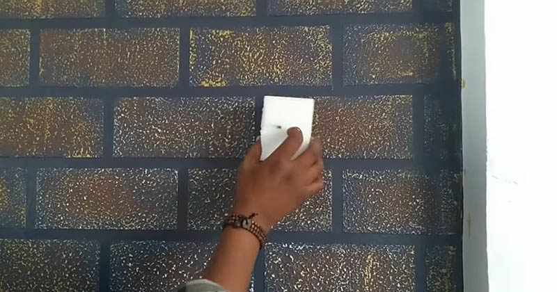 Мастер поклеил на стену маля…