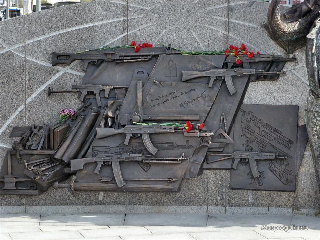 Заказчики памятника Калашникову назвали барельеф со шмайссером полетом фантазии