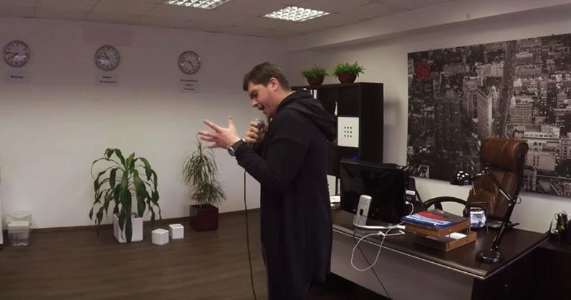 Парень решил спеть «Памяти Карузо» прямо в офисе. Такой сильный голос, что аж мурашки по коже!
