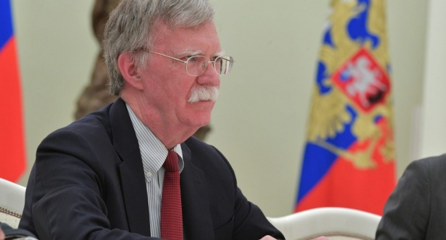 Болтон: Россия должна убраться из Крыма и Донбасса