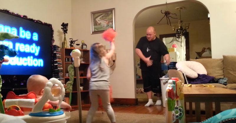Папа зашел в комнату к детишкам. Мама тут же включила камеру, и не прогадала!