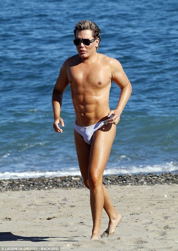 Новоиспеченный Кен показал себя на пляже после 58 операций — фото