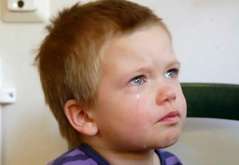 Он лежал и плакал на кровати в комнате детдома. Ему, маленькому четырехлетнему Сашке, было страшно