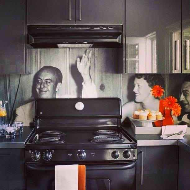 Кухня в цветах: черный, серый, светло-серый, белый, бордовый. Кухня в стилях: эклектика.