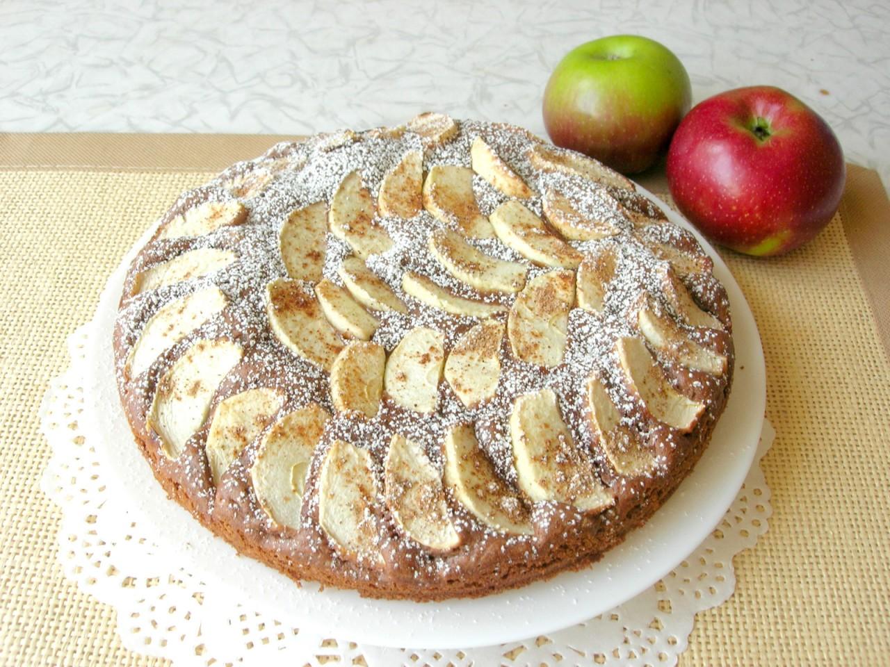 Шоколадный пирог с яблоками и корицей