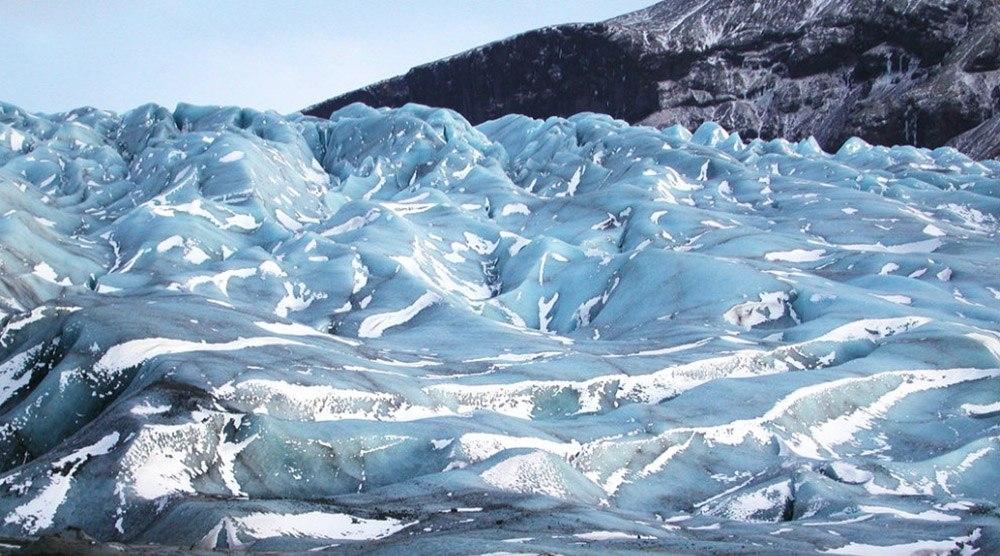 Синяя ледяная пещера в Исландии