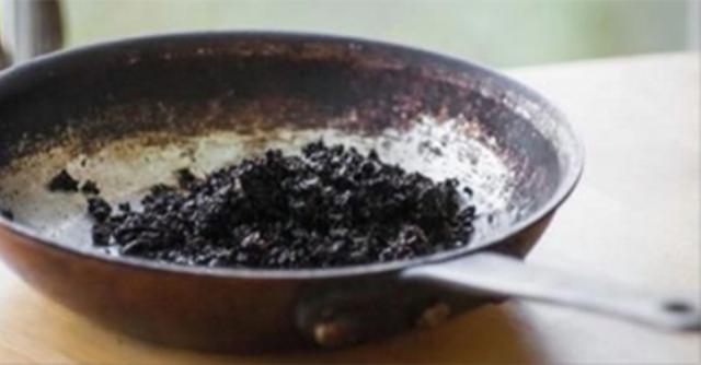 Вместо того, чтобы выбрасывать остатки кофе, Вы должны положить их в сковородку и сделать это