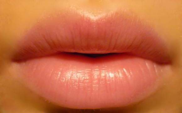 """Дамские секреты: средство от бледности губ и """"жидкости"""" ресниц"""