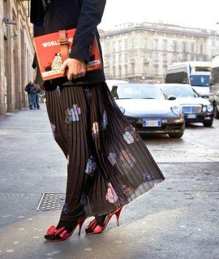 Символ женственности — с чем носить длинную юбку