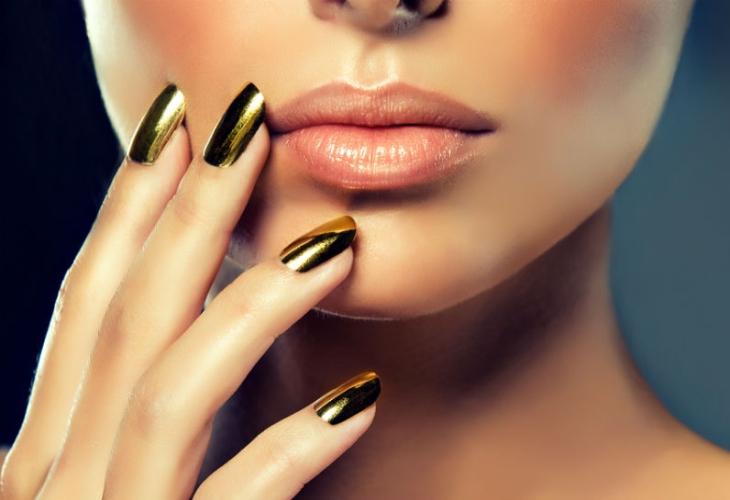 Зеркальное покрытие ногтей: необычные образы маникюра