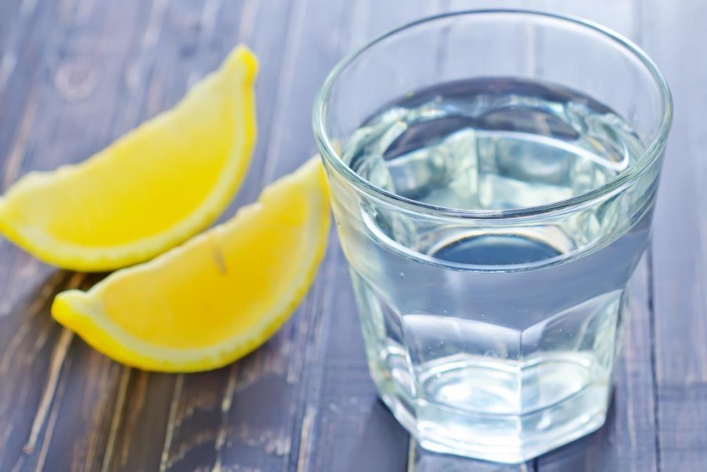 Пейте лимонную воду вместо лекарств, чтобы устранить эти 13 проблем со здоровьем