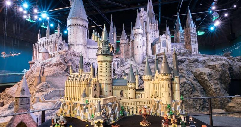 Тайная комната, дьявольские силки и даже Гремучая ива: LEGO представил гигантскую модель замка Хогвартс