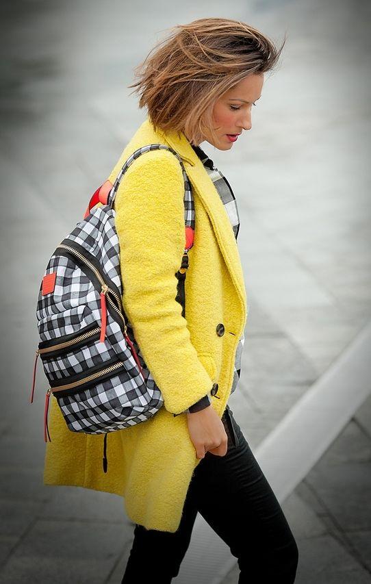 Желтое пальто: модели и с чем носить