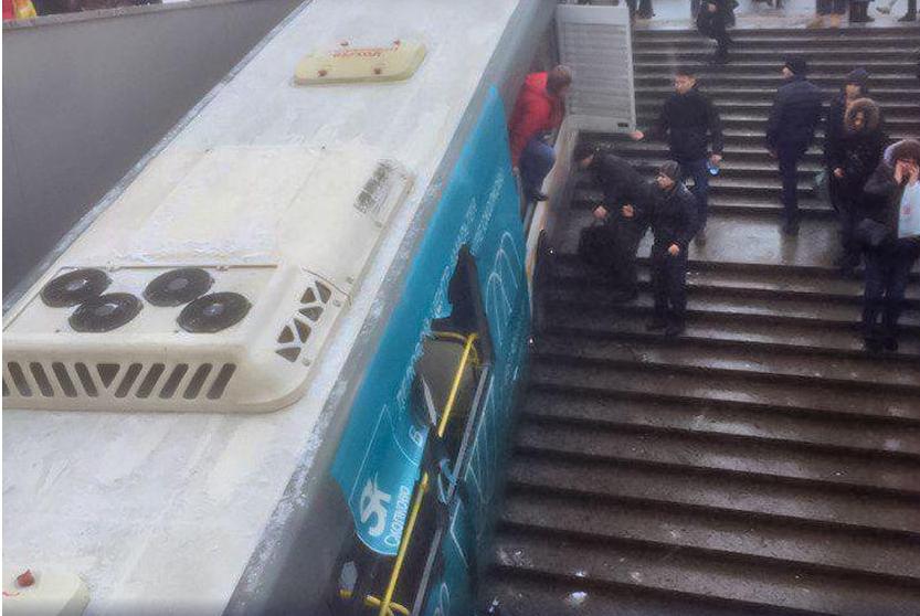 Въехавшему в переход водителю автобуса предъявлено обвинение