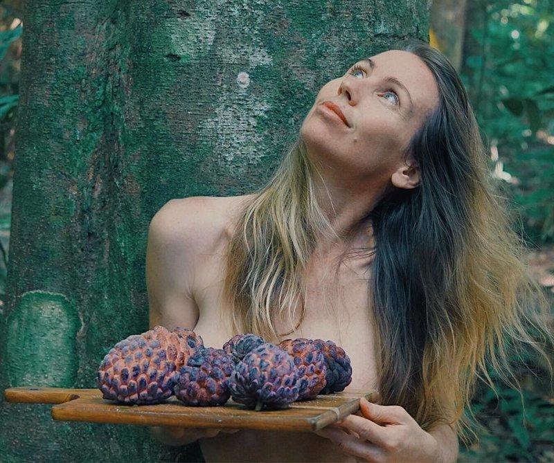 Блогерша переехала в джунгли, чтобы есть фрукты, сохранять природу и ходить голой блогерша, в мире, джунгли, люди, природа, фрукты