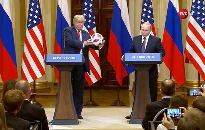 Путин подарил Трампу мяч с символикой ЧМ-2018