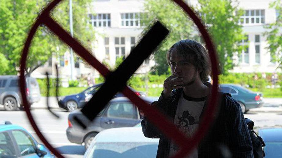 Десятиметровая зона отчуждения: Минздрав запретит курение около подъездов