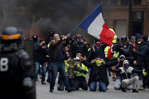 Протесты «желтых жилетов» переросли в столкновения с полицией в Париже