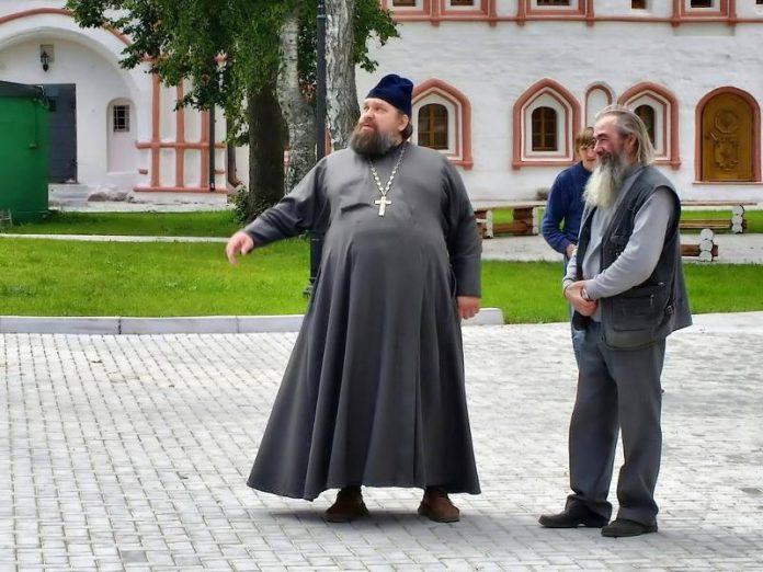 Люди наивно поверили монаху-…