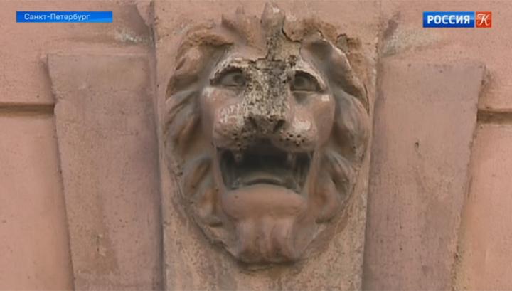 В Петербурге с фасада исторического здания исчезли скульптурные украшения
