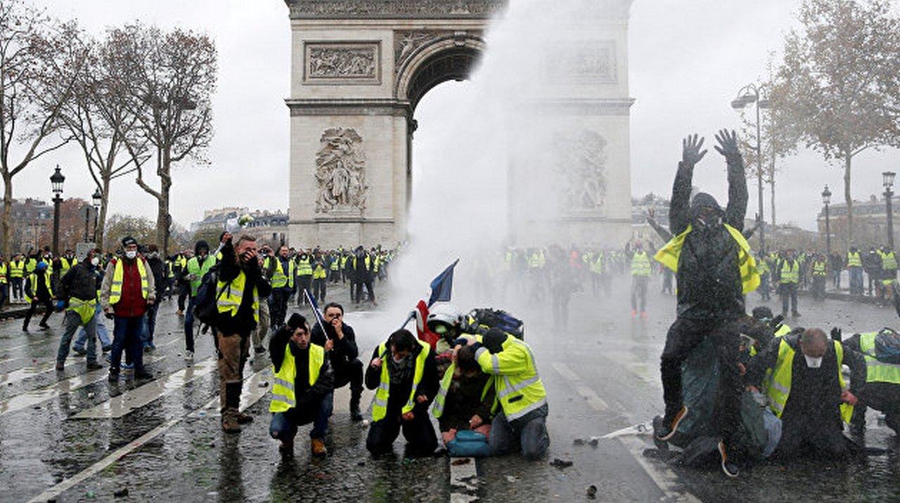 Пятьдесят оттенков «жёлтого»: в Париже лица жёлтые над городом кружатся…