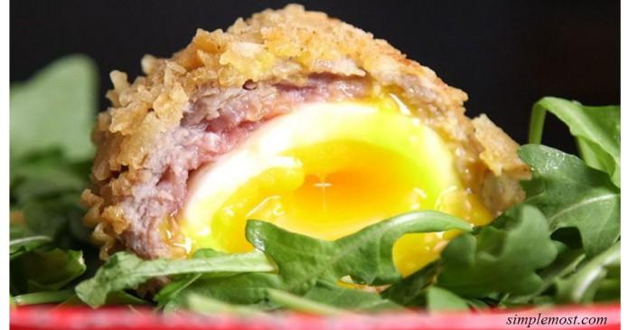 Оригинальный завтрак для гурманов — яйца в колбасно-картофельной панировке