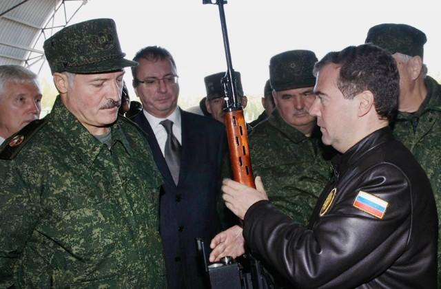 Александр Лукашенко и Дмитрий Медведев во время посещения белорусской авиационно-истребительной базы, 29 сентября 2009 года. Фото: Владимир Родионов / РИА Новости