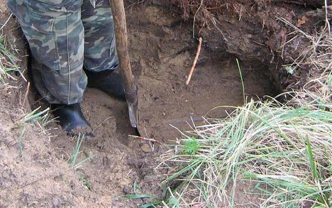 Во время раскопок археологи нашли покрытый грязью ящик.Во время раскопок археологи нашли покрытый грязью ящик.