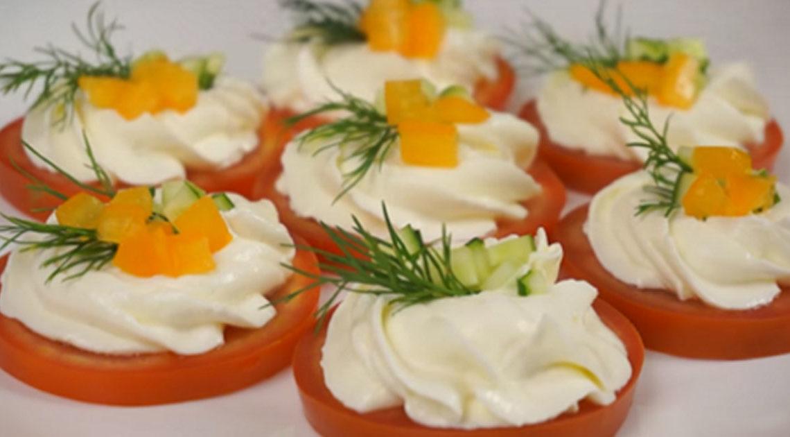 Ароматная холодная закуска из помидоров с чесноком и сыром
