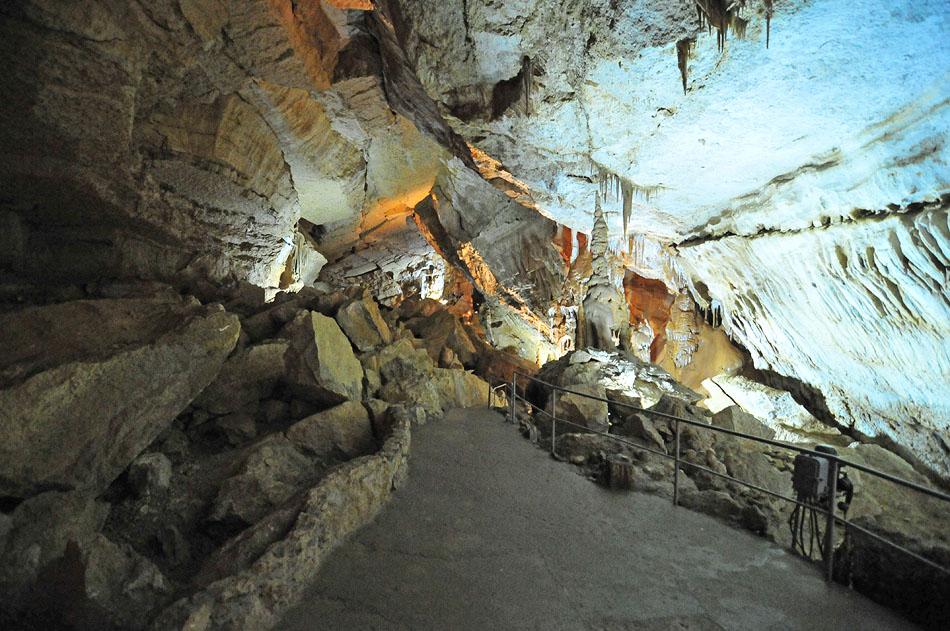 Мраморная пещера, расположенная в нижнем плато Чатыр-Дага, – это настоящий природный подземный музей. Каменные водопады, россыпи пещерного жемчуга, каскады микро озер, восхитительные натечные занавеси.