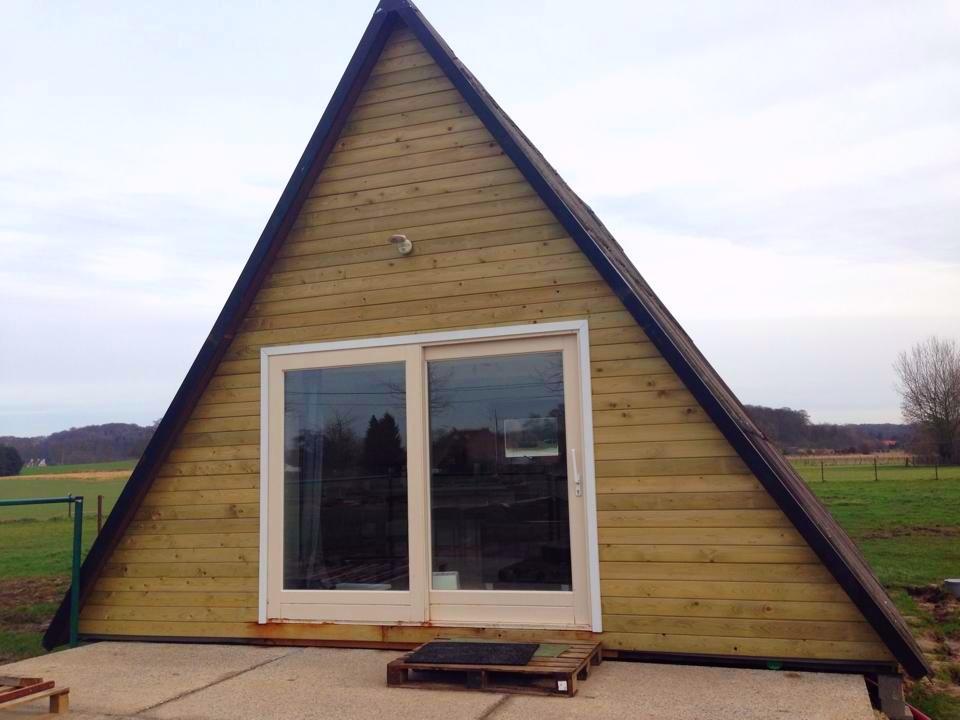 Маленький уютный дом-шалаш в…
