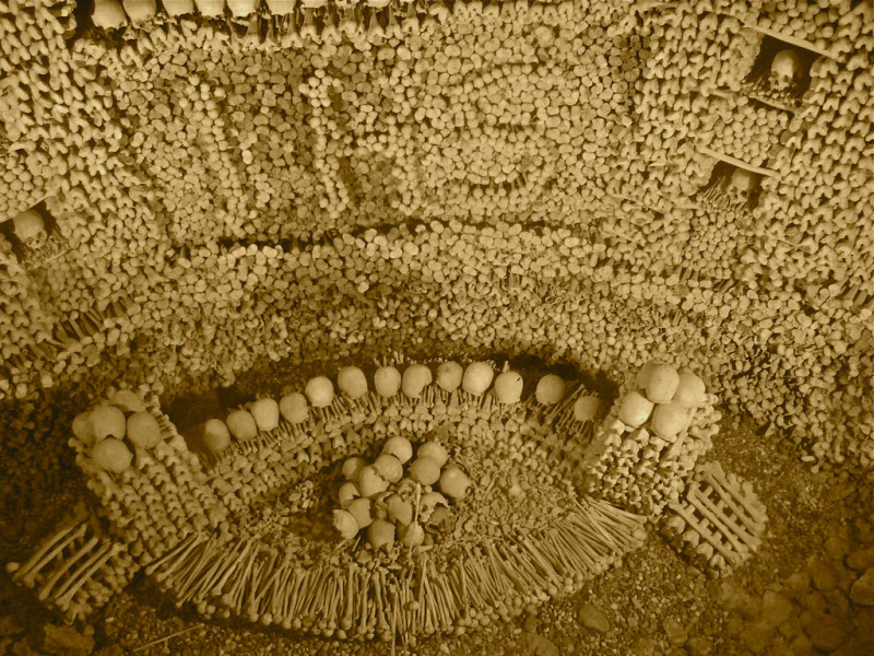 Здания сделанные из черепов и костей