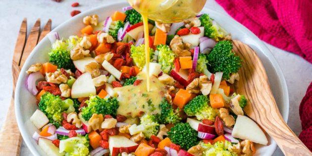 Салат из моркови, брокколи и яблок с медово-горчичной заправкой