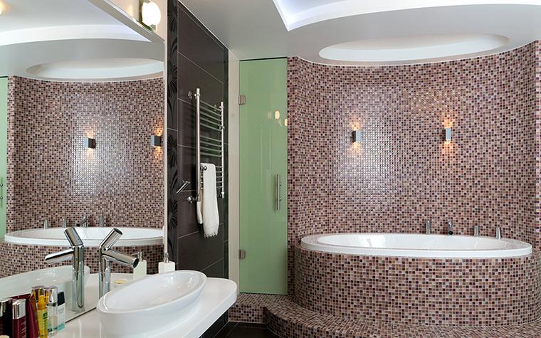</p> <p>Автор проекта: архитектурно-строительная компания «Легэ-Артис». Фотограф: Андрей Хроленок. </p> <p>В этой ванной комнате мозаичные облицовки использованы по максимуму. Дорогой мозаикой отделаны стены, пол и бортики круглой ванны. </p> <p>