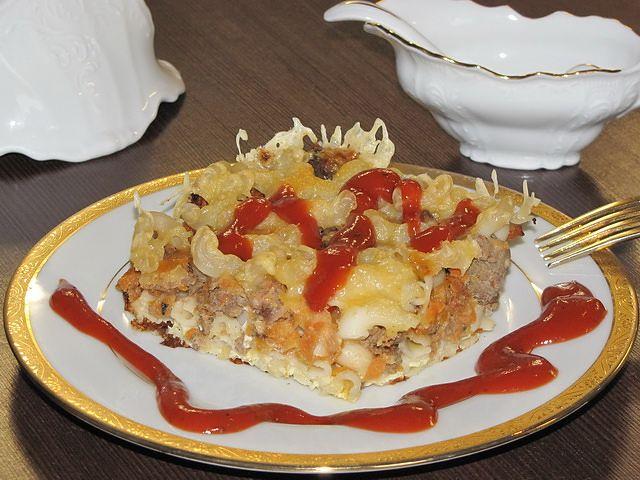 запеканка из макарон на тарелке. пошаговое фото этапа приготовления запеканки из макарон