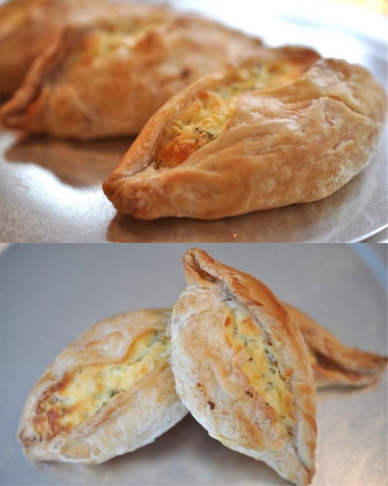 слоеные пирожки с сыром и яйцом