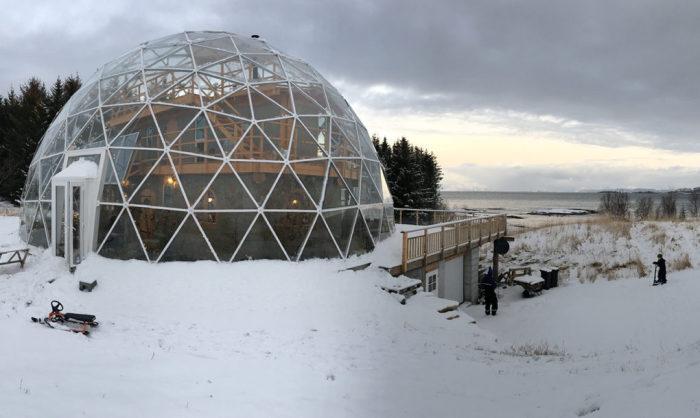 Они обнесли свой дом большим куполом. когда я заглянул внутрь то был удивлен…