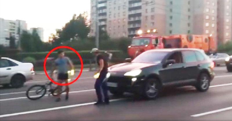 Мажоры на Кайене решили избить велосипедиста, который им «мешал» . Но на 0:20 случилось нечто невероятное…