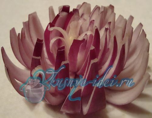 Хризантема из лука - Украшаем блюда вместе.