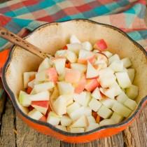 Режем яблоки, кладём в кастрюлю
