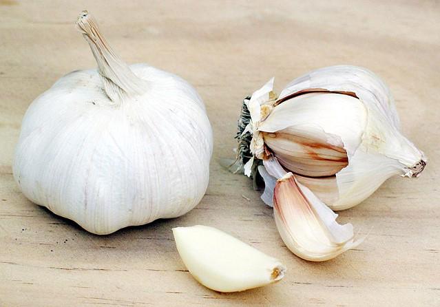 http://herbs.fotocrimea.com/fp-content/images/chesnok.jpg