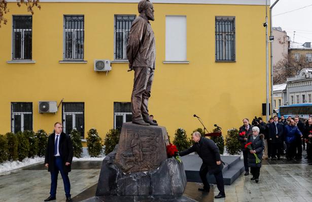 Зачем Путин открывал памятни…