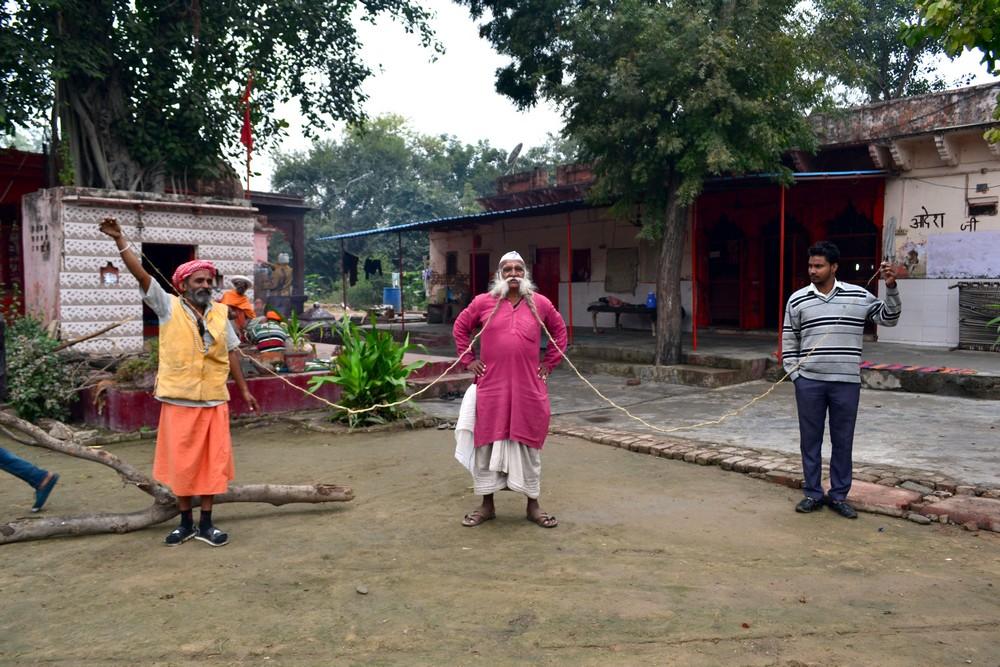 70-летний индиец переехал в глушь, чтобы защитить свои 5-метровые усы