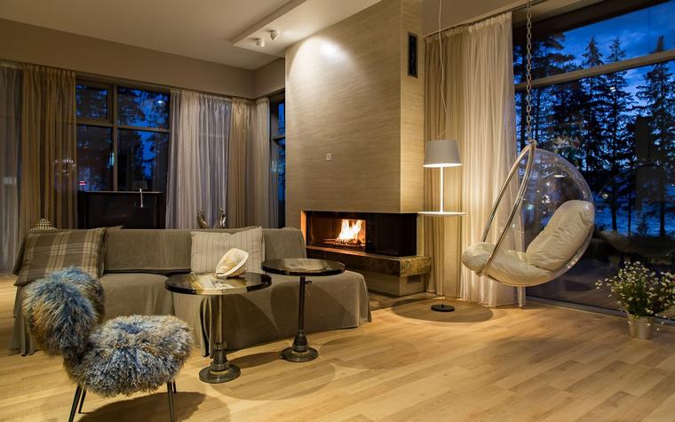 Большой, красивый дом с панорамными окнами и уютным интерьером