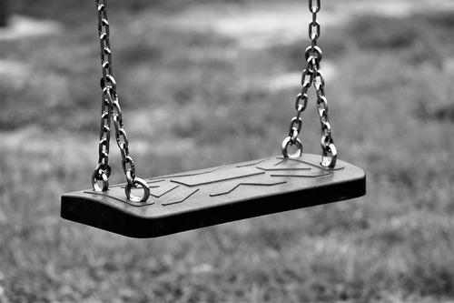 Восьмилетняя девочка скончалась в Севастополе после падения с качелей